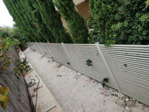 גדר אלומיניום עם פסים דקים