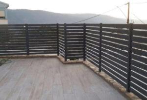 גדר על מרפסת עם נוף