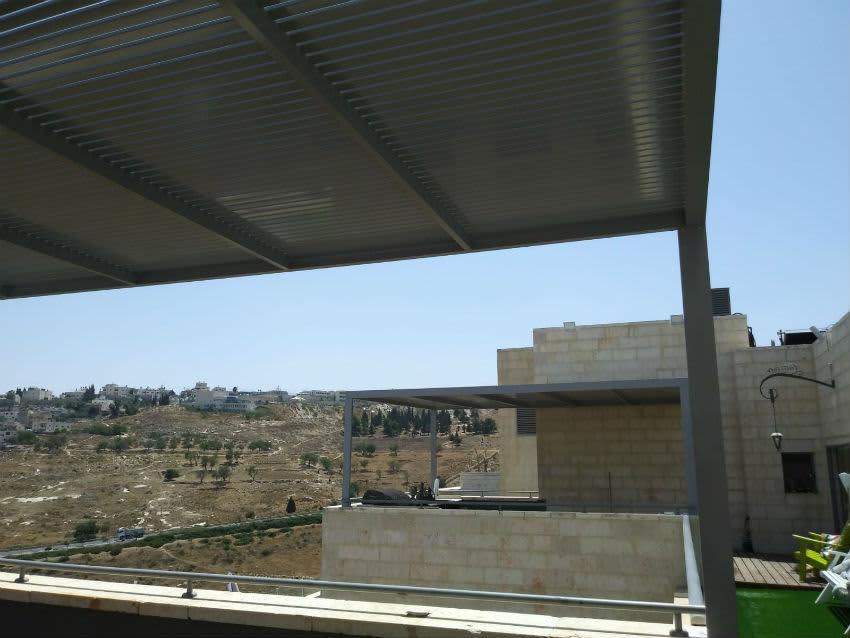 מרפסת עם פרגולה אלומיניום משקיפה על נופי ירושלים