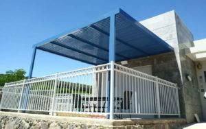 פרגולה אלומיניום כחולה שהקמנו במושבה מגדל