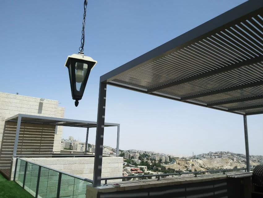 פרגולות אפורות בשכנות ירושלים