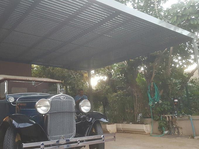 רכב-עתיק-בתוך-פרגולה-מאלומיניום