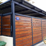 גדר מעץ בשילוב ברזל