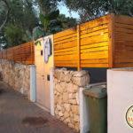גדר עץ ושער