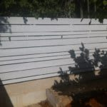 גדר עץ לבנה