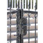 שער ברזל צבוע שחור מגורען ומלוטש