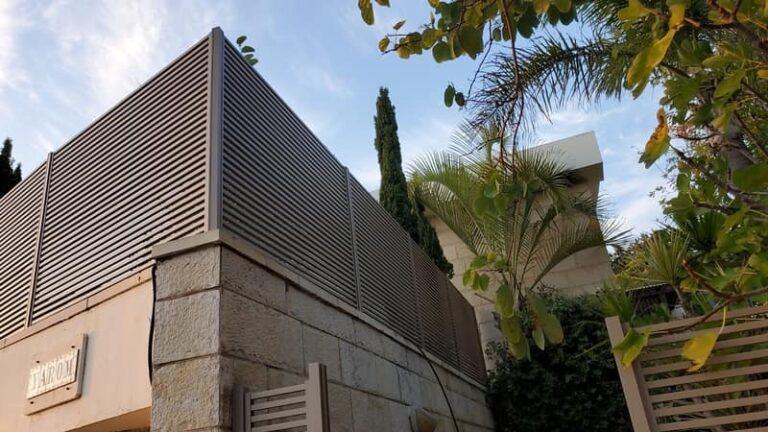 גדר אלומיניום לחצר הבית במבצע