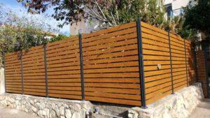 גדר לגינה מאלומיניום בגוון עץ