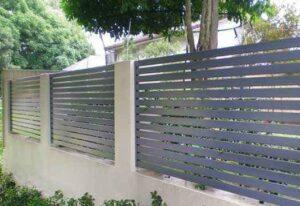 גדר אלומיניום דגם 270 עם פסים רחבים