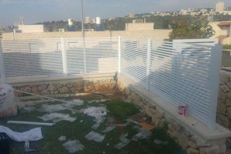 התקנת גדר אלומיניום בחיפה | גדר אלומיניום לבנה בחיפה