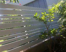 גדרות אלומיניום בחצר בית