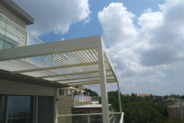 פרגולה מאלומיניום על מרפסת עם נוף משגע