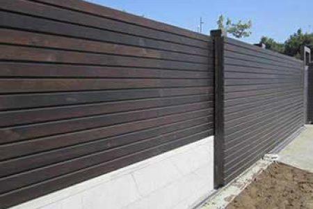 שער חנייה מאלומיניום דמוי עץ